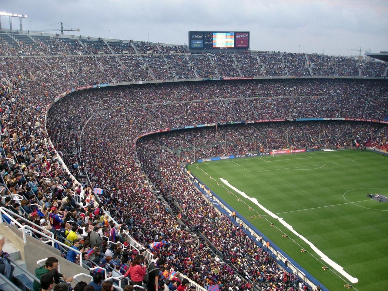 Kamp og fullsatt fotballstadion